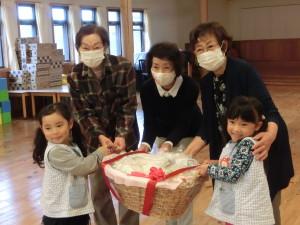 お届けした高橋さん、生内さん、作山さんと子供たち